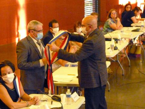 Le Maire élu remet les écharpes tricolores aux 8 adjoints. Ici à JeanClaude Delestre qui, avec Anne Platel, sont des nouveaux adjoints