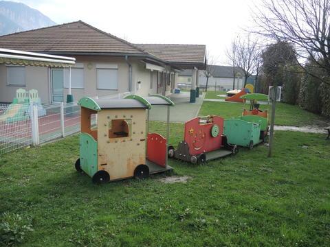 Crèche de Voreppe, des jeux et une pelouse bien verte