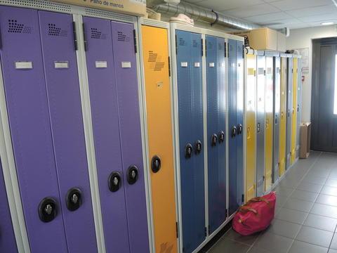 Crèche de Voreppe, même le vestiaire du personnel est coloré